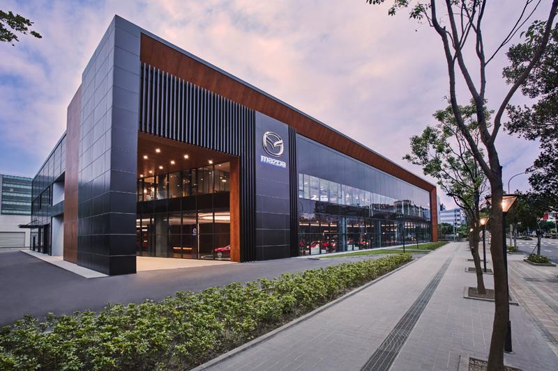 全新開幕的Mazda內湖旗艦展示中心占地約3,000坪,完全依照Mazda新世代展間設計語彙打造。