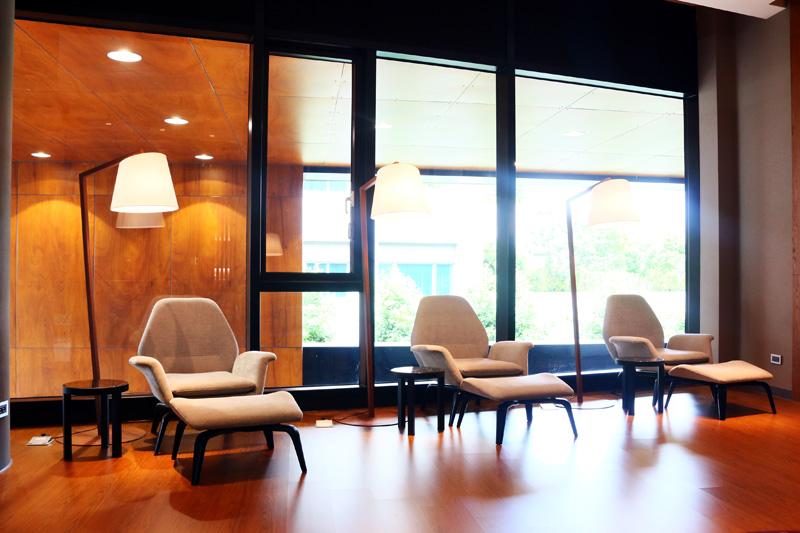 仕女休息室內有舒適的休憩空間。
