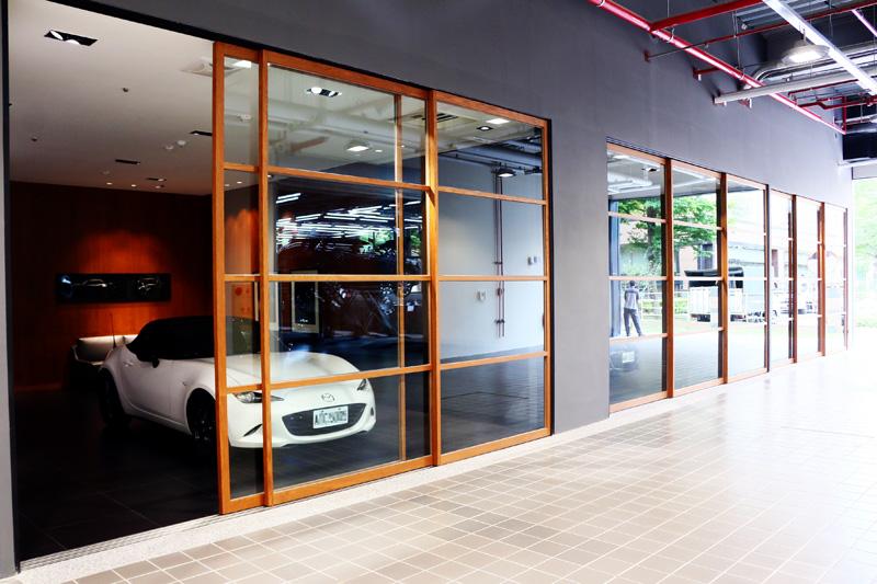 旗艦展示中心後方亦設有設計感十足的交車室。