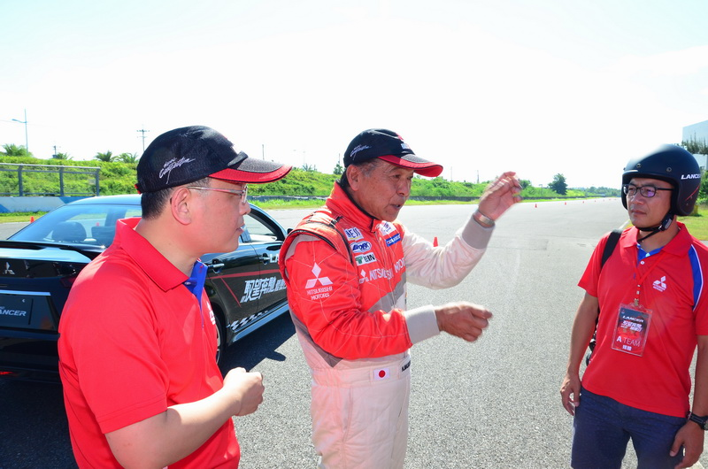 增岡浩教練親自教導學員本關卡的操駕技巧