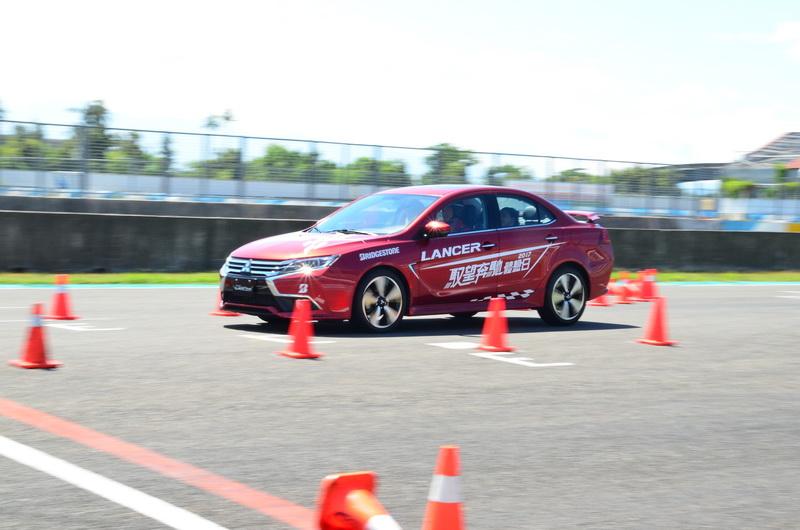 防煞車鎖死、動態穩定控制、循跡系統等主動安全系統的協助下,輪胎仍保有相當的控制力