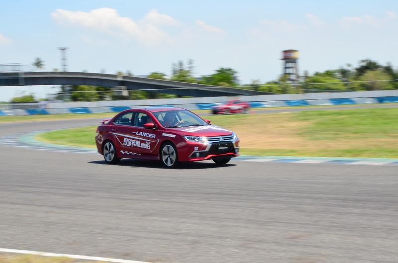 「S彎動力」展現底盤良好的受控性,即便入彎速度過快發生推頭情形,只需微幅修正配合即可輕鬆將車身導回