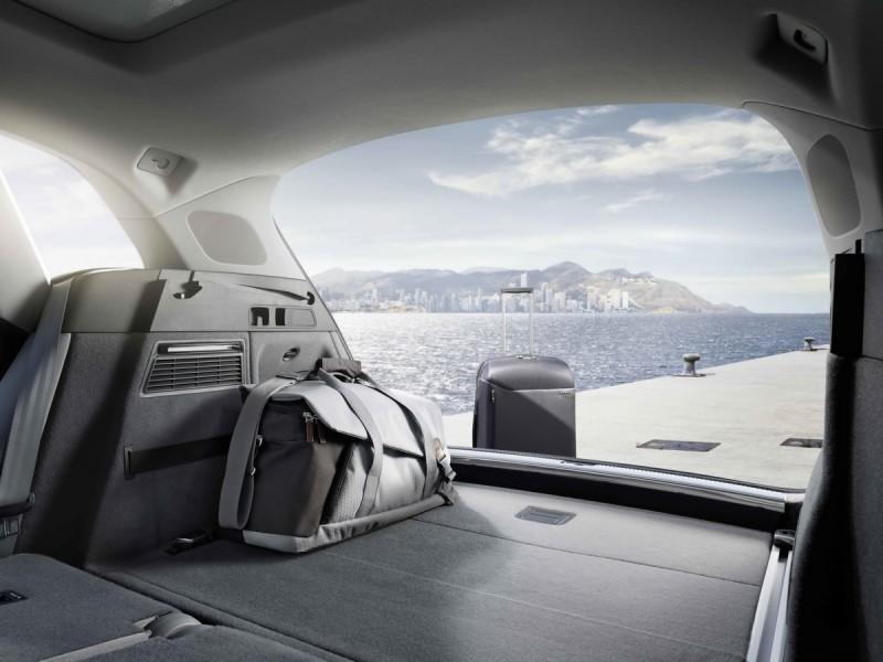 全新Q5在標準乘坐模式下即擁有超大550公升的平整化行李箱容積,若將後排座椅向下折疊,行李廂空間則可擴充至1,550公升,讓Q5擁有多元的空間使用彈性。
