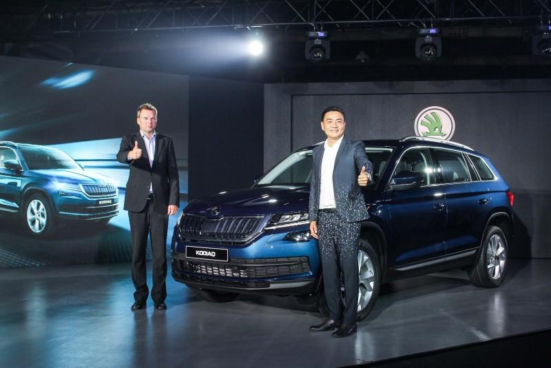 Skoda Kodiaq於今日正式在台上市,Skoda亞洲及中東區銷售總監Stefan Timmermann(左)和Skoda Taiwan總裁李御林(右)親臨現場,同時連袂為這部品牌旗下首部七人座SUV車款盛大揭幕。