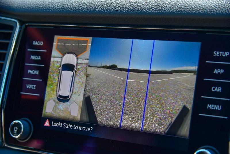 「路口盲點預視功能」,讓車主在車輛開出停車場或者是行駛於小巷弄時,可以透過這套系統預視到周遭環境,提前做出反應。