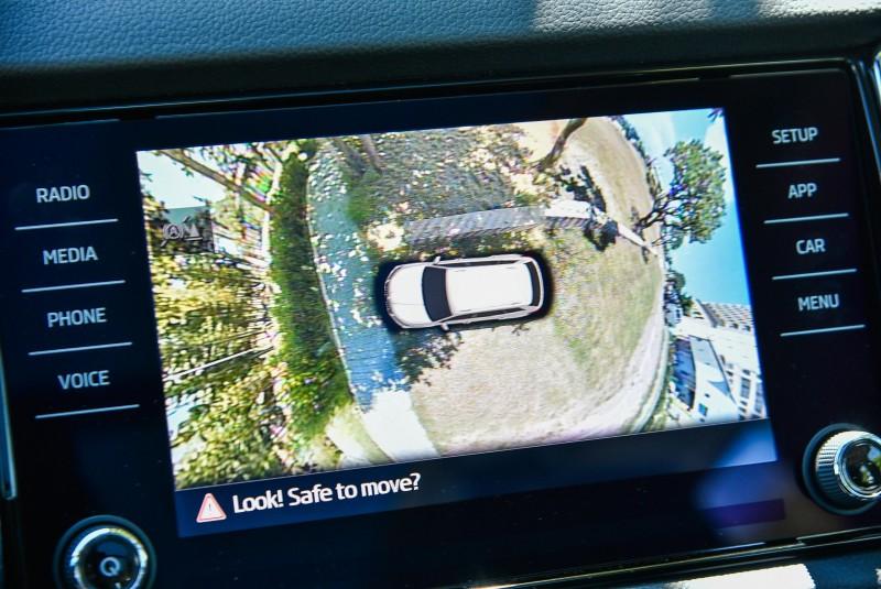 按下位於中控台下方按鍵,就可以啟動。所謂的360度AreaView乃是利用四個廣角鏡頭(分別位於車頭水箱罩內、左右後視鏡、尾門),以水平180度、垂直120度的視角進行鏡頭拼接而組成之3D整車鳥瞰圖。