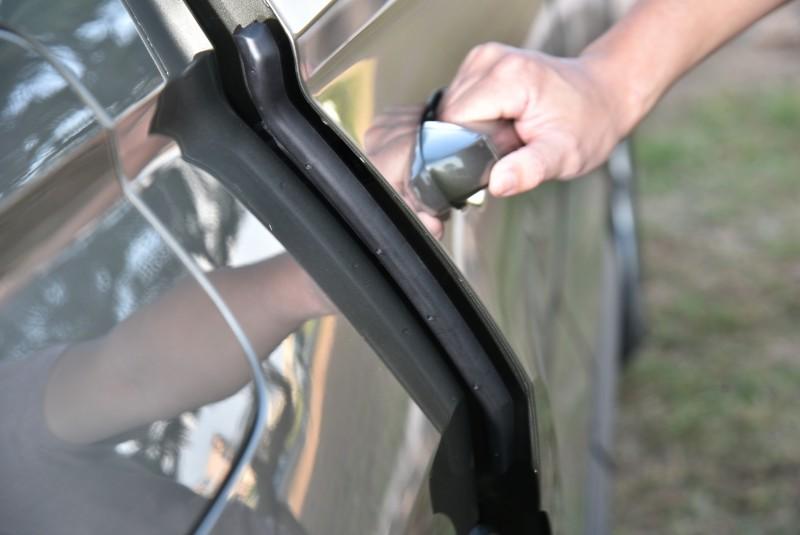 Kodiaq在前後四個車門內側都裝設有防護膠條,開門後它會自動彈出,可防止車門碰撞到牆璧或是隔壁車輛