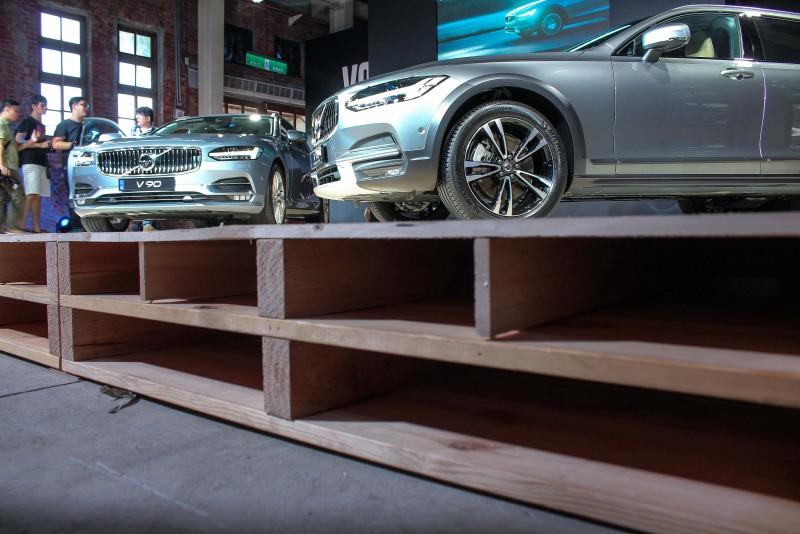用原木棧板架設舞台來凸顯車款特質,果然有創意