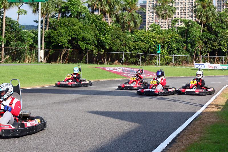 在賽事最後幾分鐘「ESR」與「Team BOXY Taroko RG」(21號車)幾乎快要進入前三名攻擊範圍內,但無奈困入車陣中,無法再往前進步。