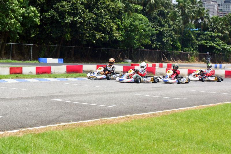 Yamaha SL預賽,蕭奕丞(52號車)到了最後一圈的最後一個彎,向前方的王柏傑發動最後攻擊。\