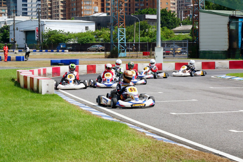 預賽第二的王柏傑(59號車)在起跑後搶到第一。