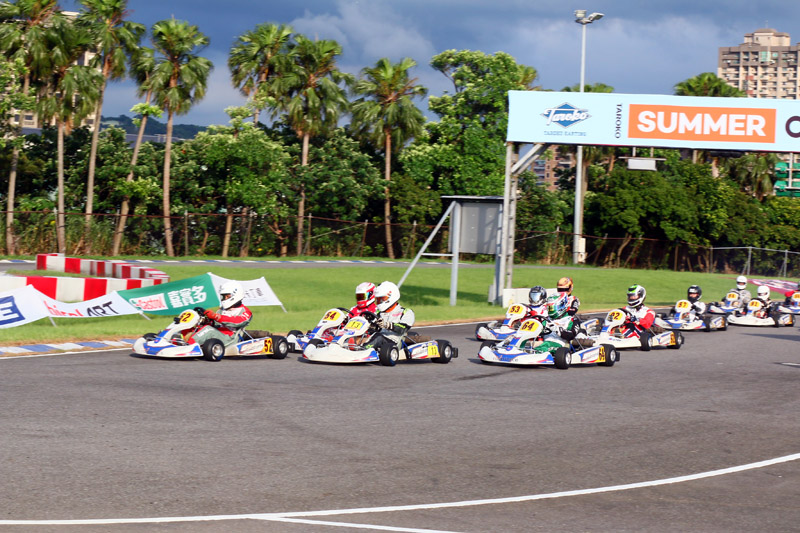 決賽時日籍的Shimakawa(64號車)也加入了頒獎台席次爭奪戰。