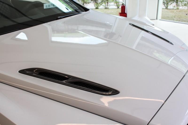 """引擎蓋進氣口與前保桿側護板以更具品牌代表的""""B""""字造型呈現"""