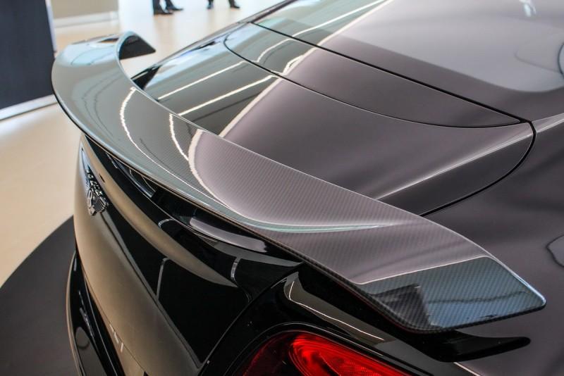 碳纖維打造的前擾流翼片、側裙與固定式後擾流尾翼,符合空氣力學原理並全然彰顯跑車特質