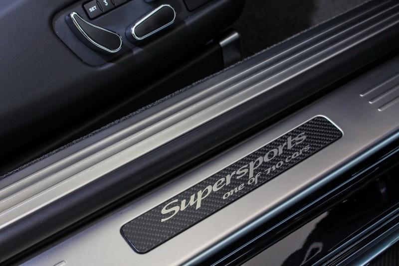 碳纖維迎賓銘牌與頭枕徽飾的Supersports字樣,每處細節皆畫龍點睛般地將Supersports的獨特完整傳達