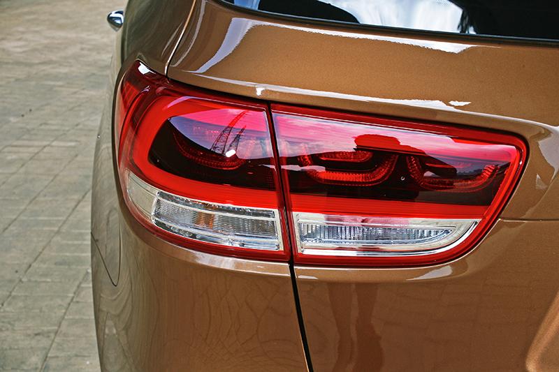 外觀上Sorento一如現今所有Kia車款,實在找不出食得撻伐的設計筆觸。