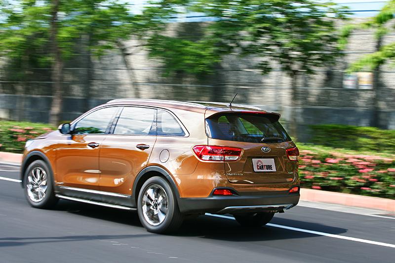 彎中側傾比想像中小,懸吊支撐性與回復速度都在水準之上,以此等體格SUV來說真是難能可貴。