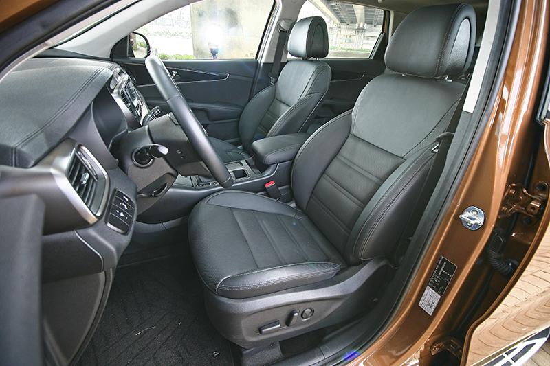 前座相當厚實寬大,有點傳統美系車的感受。