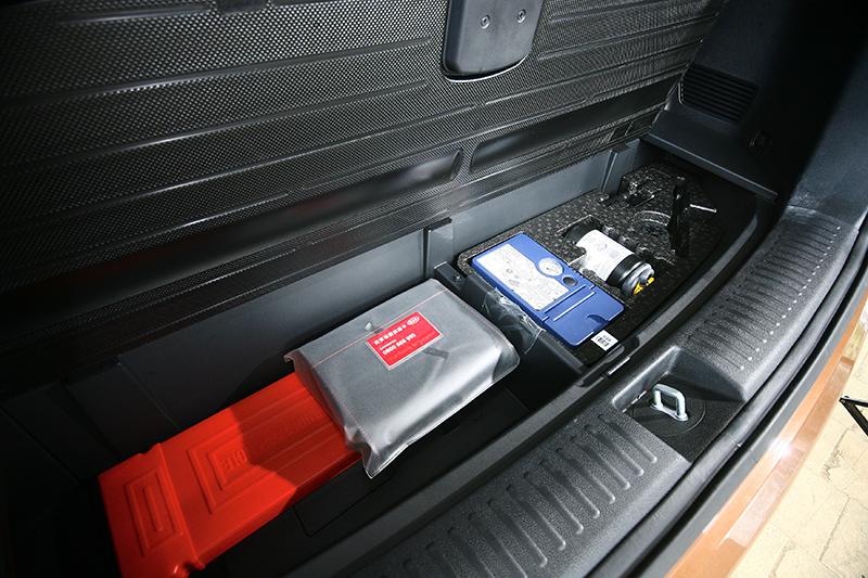 行李廂底板下則為緊急應變用具的置放處。
