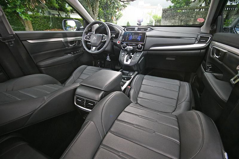 以大面積軟質膠料以及縫線設計的中控台與前門板,有效提升座艙質感。