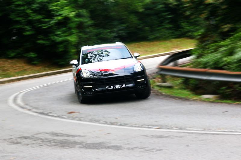流著純種跑車血液的「Macan Turbo with Performance Package 性能升級版」,完全可以用開跑車的方法來操駕它。