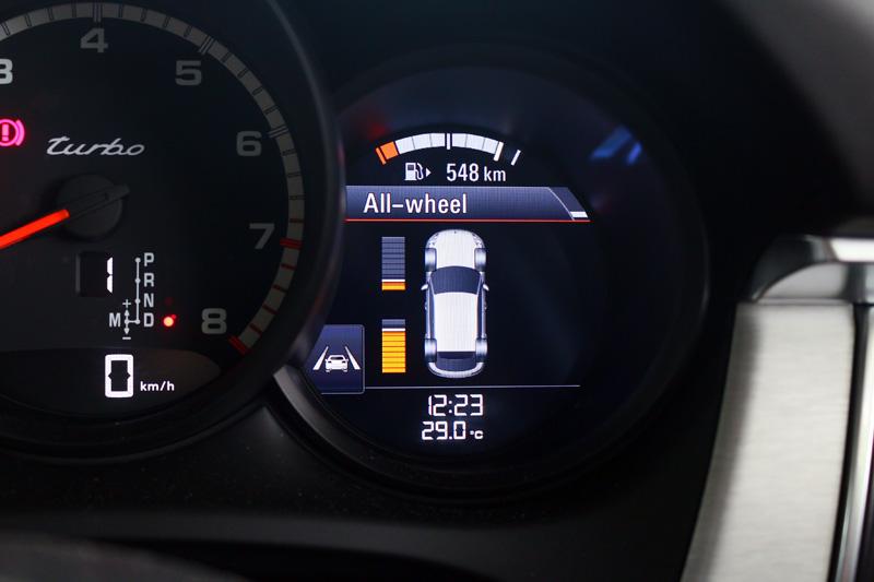 聰明的四輪傳動系統配有PTV Plus保時捷扭力分導升級系統,可依據車輛動態前後動力輸出比例,達到更好的循跡性與動力傳遞效果。