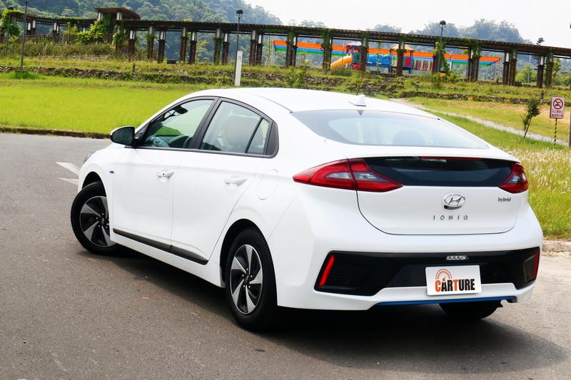 與競爭對手Prius相比之下外型更為圓滑收斂,不過分強調線條帶來的視覺張力使其消費族群更為廣泛