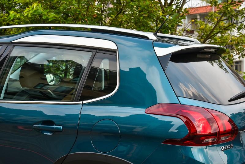 雙層車頂與車窗上緣度鉻飾板是Peugeot 2008專屬設計