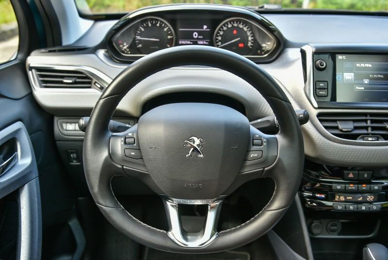 Peugeot i-Cockpit將儀錶上移結合過去傳統儀表與HUD抬頭顯示器功能,並縮小方向盤直徑成為寬扁橢圓外型,從此之後駕駛再無需從方向盤鏤空處監看容易被遮蔽的儀錶