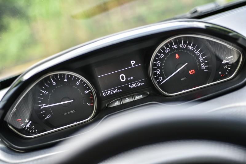 前方路況與儀錶之間的注視角度也更接近可減少反應時間