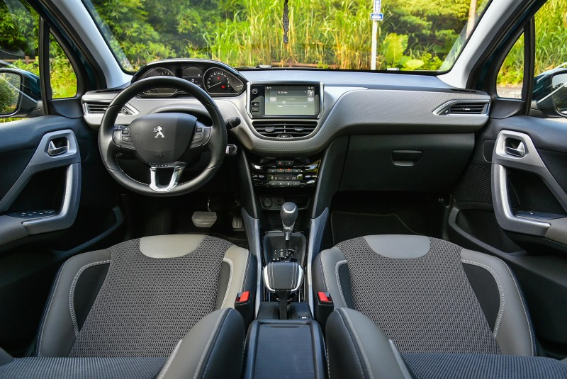Peugeot 2008的車艙質感比起一板一眼的德系車或者極度隨興的義大利車又多了幾分精品風貌。