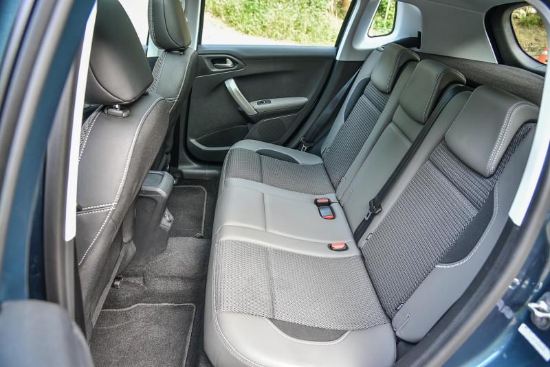 全車座椅其實擁有極佳支撐性與包覆性,後座膝部空間以筆者170公分中等身材乘坐仍有大過一個拳頭距離