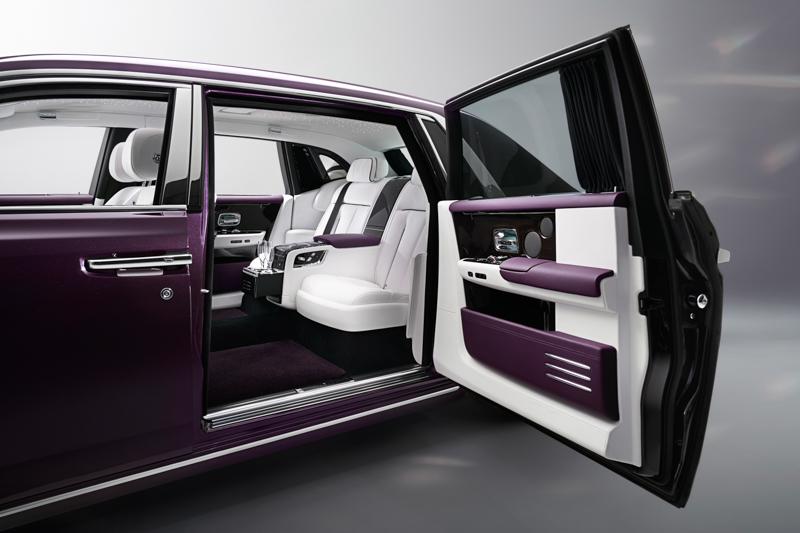 只需上前輕觸車門外把手的感應器,車門便會靜靜的自動關上,後座乘客也可藉由C柱上的按鍵操作關門動作,更添便利。