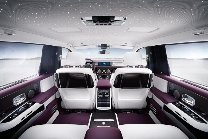 後座乘客眼前所及的前座椅背木飾設計巧妙隱藏了野餐桌與後座螢幕,並可藉由後座中央控台以電動化操作,一個按鍵的彈指間,就能把餐桌與螢幕移動到定位。為了呈現獨有的星光頂篷,新一代Phantom並不提供天窗選擇。