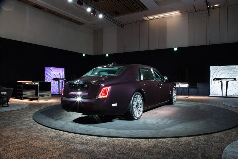 新一代Phantom更首度採用由Rolls-Royce工程師全新設計的全鋁製「Architecture of Luxury」車架,經過精心設計及製造,能配合未來新研發車型的體積及重量要求,包括配備不同推進、牽引及操控系統的型號所個別調整。