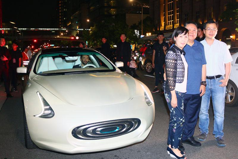 Thunder Power董事長沈瑋賢伉儷與總統府前副秘書長羅智強(右)皆出席了這次的「城市巡遊」快閃活動!