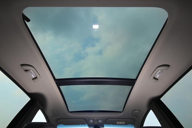 旗艦版的全景式天窗帶來更加開闊的視野。