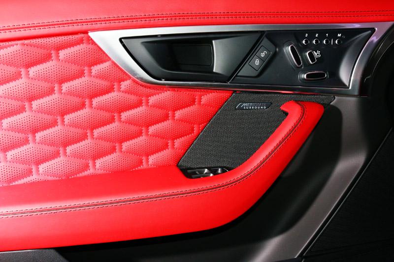 全新 18 年式 New Jaguar F-Type 全車系標配Meridian音響系統,New F-Type Coupé搭載之音響輸出功率為380W,並配備 10 支高傳真喇叭;New F-Type SVR 則採用車系最高規格-配備12 支高傳真喇叭的 Meridian Surround Sound System 770W 頂級環繞音響系統。