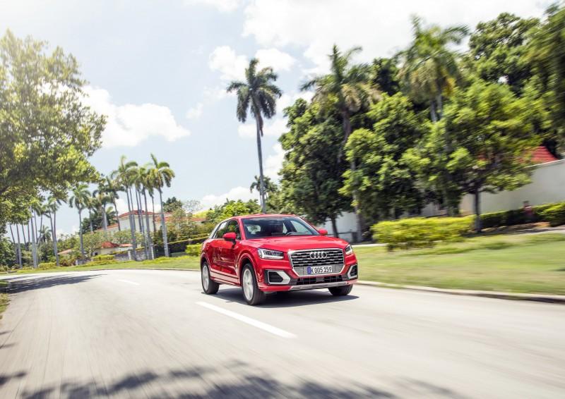 Audi Q2全車系搭載「跑車式轉向系統」,藉由特殊的幾何齒條設計,轉向比隨著轉向角度變化,提供了可變轉向比,降低彎道行駛時的轉向需求力道,能向駕駛人傳遞運動化的直接轉向回饋,有如Go-Kart般的敏捷操控行路感受。