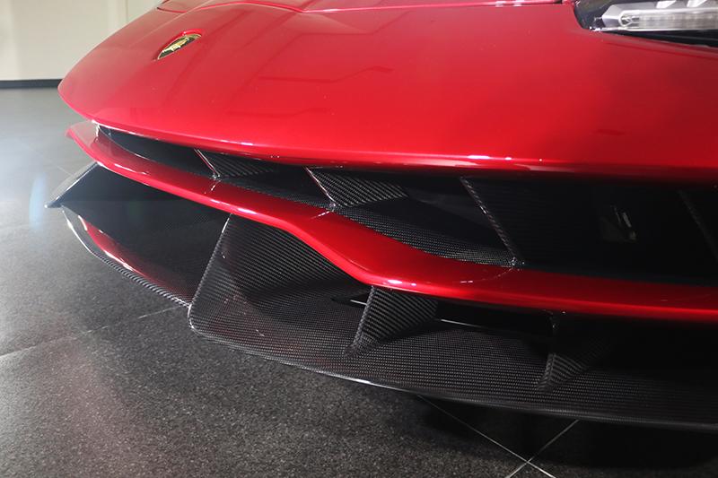 扣除掉烤漆部分是碳纖維,車頭下擾流當然直接以碳纖維原色呈現。