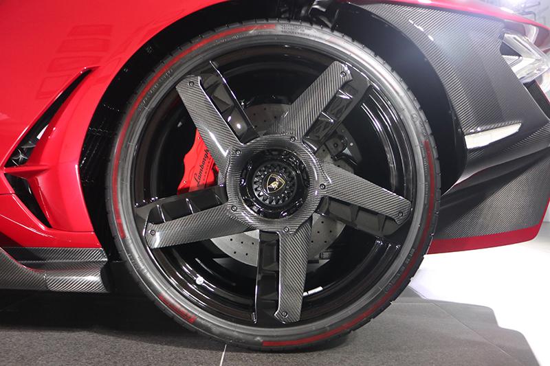 前255/35 R20、後355/25 R21的輪圈上頭也以碳纖維點綴並且強化空力效應。