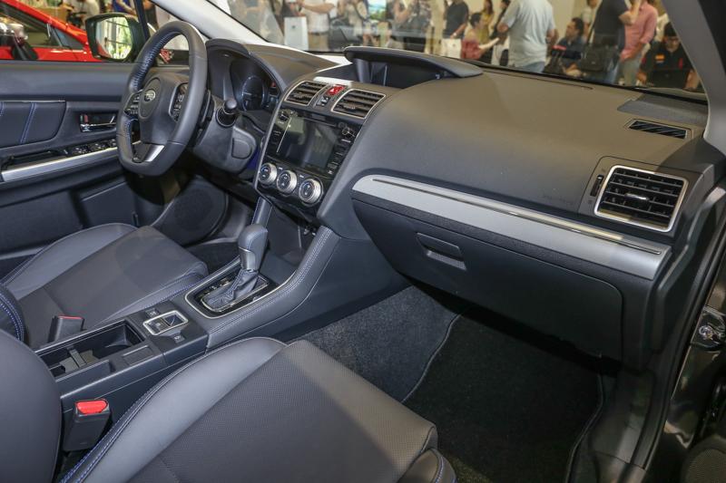 車艙內大幅運用霧黑、亮黑與霧銀飾板,加上駕駛座椅10向電動調整與升級的5.9吋LCD多功能行車資訊顯示螢幕。