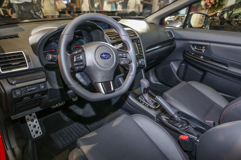 新型儀表板設計結合高質感的飾板鋪陳,並新增後座中央扶手置杯架與升級的5.9吋LCD行車資訊顯示螢幕。