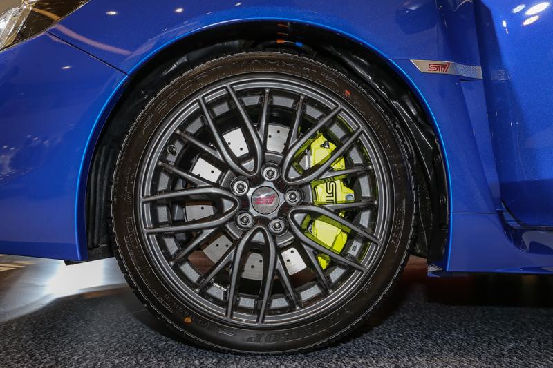 採用Brembo高性能煞車系統及打孔碟盤,以輕量化材質及優異的散熱能力,提供強而有力的制動效果。
