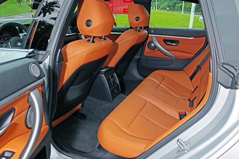 後座腿部空間寬廣,畢竟2810mm的軸距不是寫假的,但頭部空間就不是車頂低斜的430i Gran Coupe強項。
