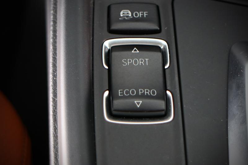 排檔桿左側的動態行車模式按鈕,可以輕鬆決定這輛車是什麼樣的性格。