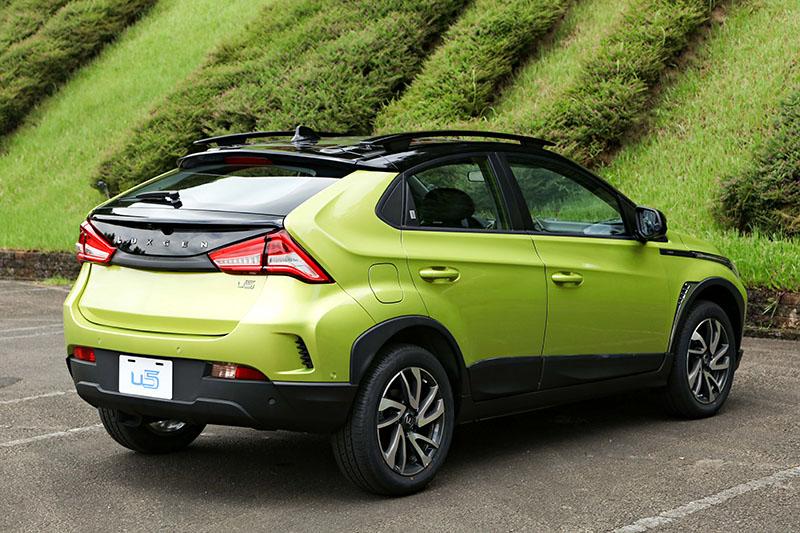 車尾以雙色設計提供層次化的觀感,也因此帶來跨界風格濃烈的視覺印象。