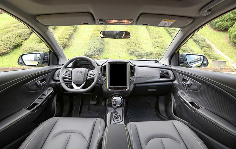 中控台上誇張大的12寸觸控螢幕,搭配家族風格濃郁但視覺質感提升的座艙佈局,U5的車室表現值得期待。