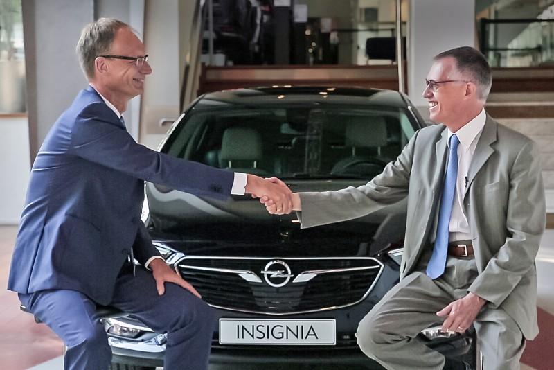 Opel CEO Michael Lohscheller 與 PSA Group CEO Carlos Tavares (右)在 全新 Insignia車前合影