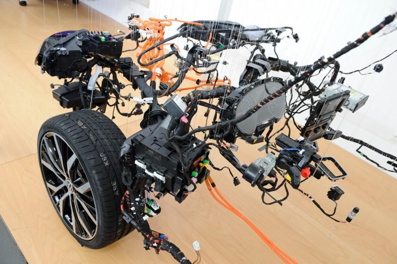 Volkswagen專注電子線組系統研發升級,新款Golf使用近1,000條各式電纜,平均長度更將近1.6公里。